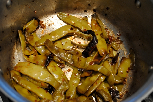braised green beans in pot